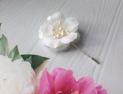 белая бутоньерка для жениха фото
