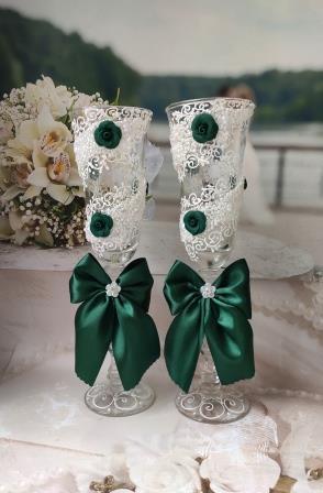 изумрудные свадебные бокалы фото