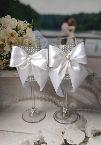 белые бокалы на свадбу с бантами фото