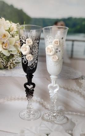 фужеры на свадьбу жених и невеста с розами фото