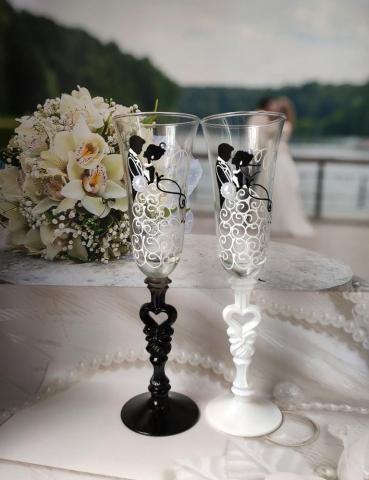 свадебные бокалы жених и невеста в танце