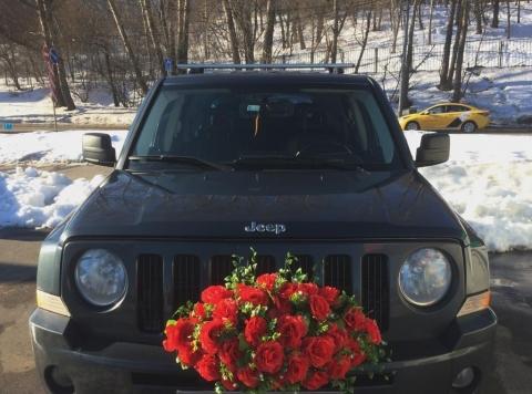 букет из красных роз на радиаторную решетку