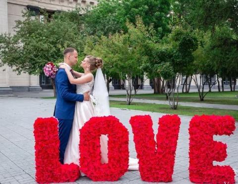 объемны буквы из красных роз love