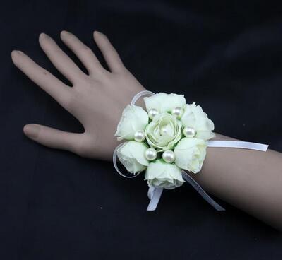 цветы на руку подружкам белые фото