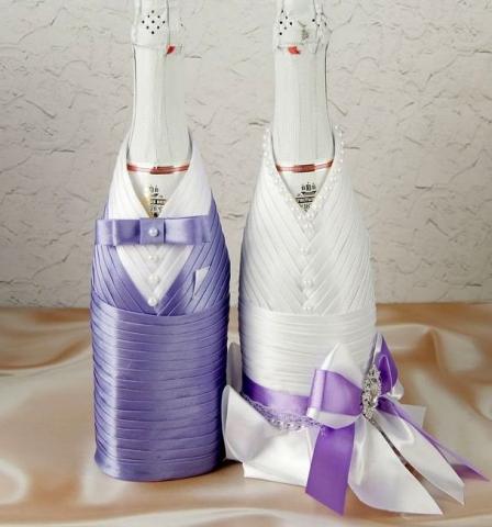 сиреневые чехлы на свадебное шампанское жених и невеста