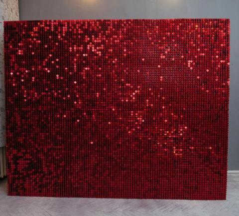 красные пйетки фотозона в аренду фото