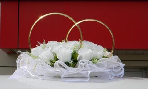 кольца на машину с белыми розами фото