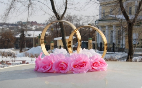 кольца на машину с бело-розовыми розами фото