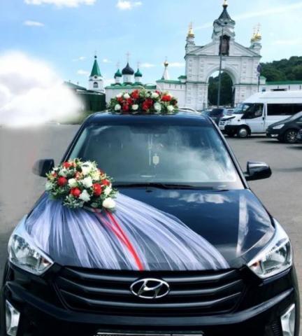 комплект на машину из красных и белых роз премиум