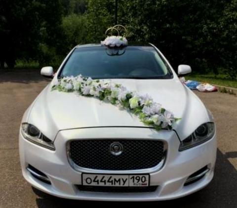 белая цветочная лента на машину, кольца на машину на свадьбу