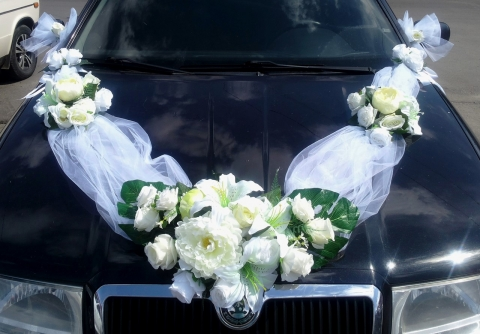 белая лента с пионами на свадебную машину