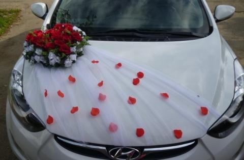 сердце из цветов с фатином на капот