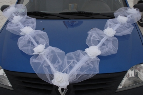 лента белая на машину с розами белыми