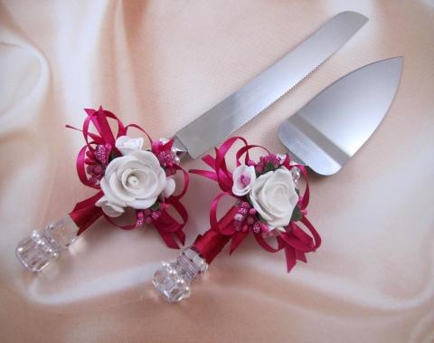 нож и лопатка для свадебного торта малиновые фото