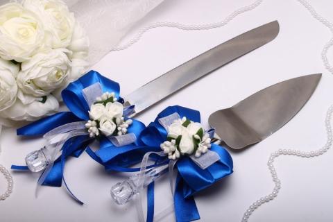 нож и лопатка для свадебного торта с букетами