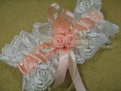 персиковая свадебная подвязка кружево