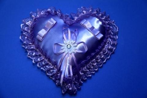 фиолетовая подушечка для колец на свадьбу