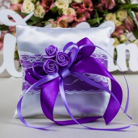 фиолетовая подушечка для колец тут