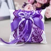 свадебная подушечка фиолетовая с кружевом