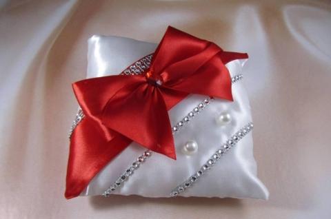 красная подушечка для колец фото