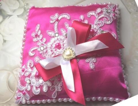 малиновая подушечка для колец кружевная на свадьбу