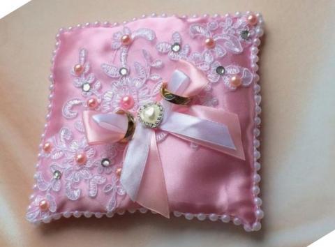 круженая розовая подушечка для колец на свадьбу