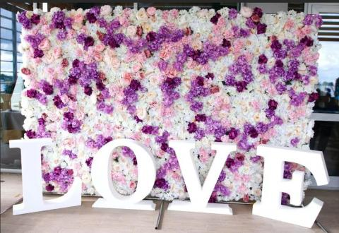 пресс волл на свадьбу сиреневый розовый цветочный