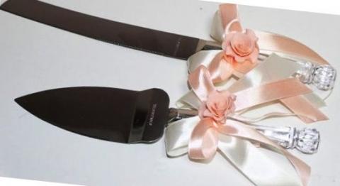 приборы для свадебного торта персиковые