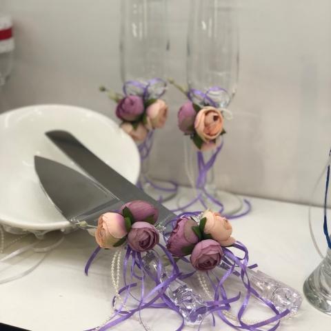 приборы для свадебного торта с пионами
