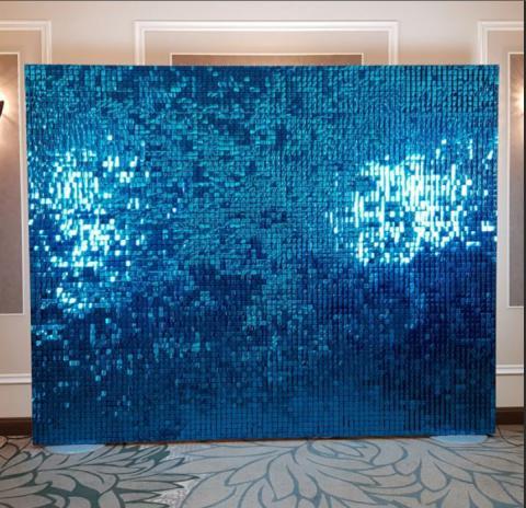 синяя фотостена фотозона из паеток фото
