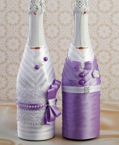 сиреневые чехлы на свадебное шампанское жених и невеста фото
