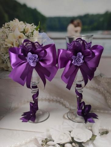 фиолетовые свадебные бокалы с бантами ручной работы