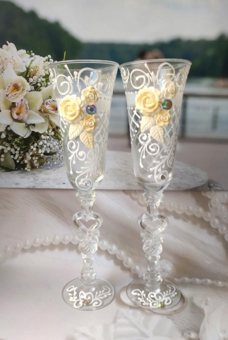 свадебные бокалы с розами айвори фото