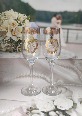 свадебные бокалы с золотистой каймой по краю фужера
