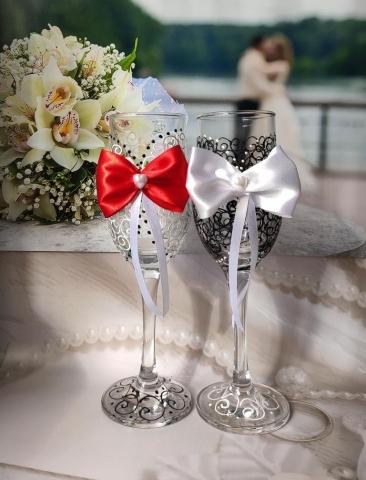 фужеры на свадьбу с красным декором фото