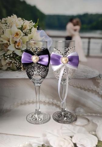 свадебные бокалы с сиреневыми бантами жених и невеста
