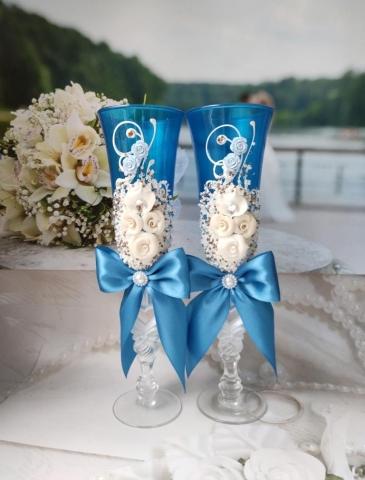 бирюзовые бокалы на бирюзовую свадьбу с бантами фото