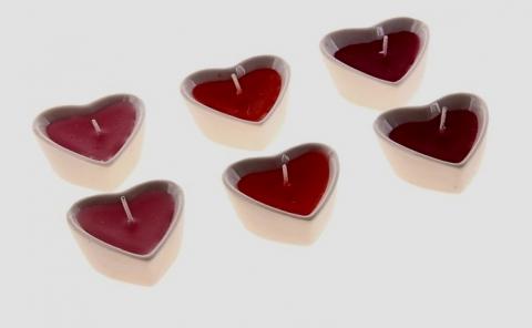маленькие свечи сердца  в керамических подсвечниках