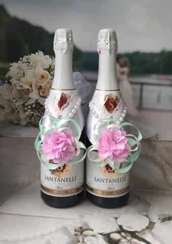 мятно-розовое украшение на свадебное шампанское с цветком и лентами