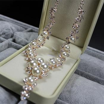 колье ожерелье с жемчужинами и стразами