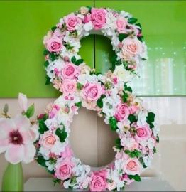 8 из цветов на 8 Марта АРЕНДА высота 180см 02996