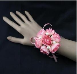 цветы на руку подружкам невесты фото