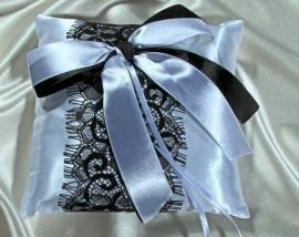 подушечка для колец с черным декором