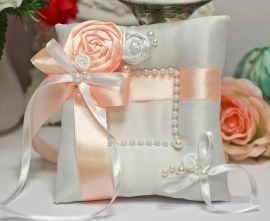 Подушечка для колец персиковая с розами ручной работы 200513