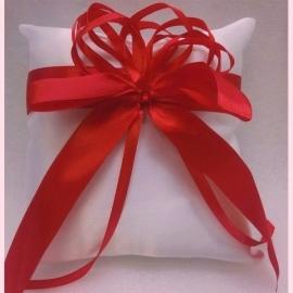 свадебная подушечка с красным бантом