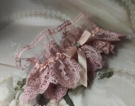 Подвязка невесты пудровая из широкого красивого кружева шантильи  002135
