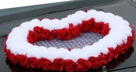 сердце на машину красно-белое: розы, хризантемы купить