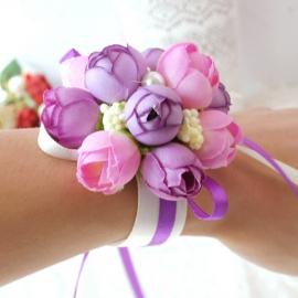 сиренево-розовые веты на руку подружкам невесты фото