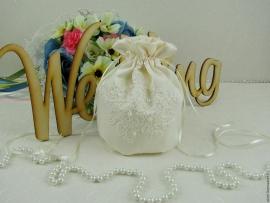 Сумочка невесты молочная, айвори с гипюровой аппликаций и жемчужинами  000668