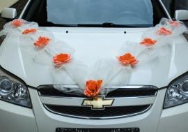 украшение на машину с персиковыми розами